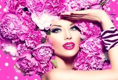 有桃红色牡丹发型的秀丽女孩 免版税库存图片