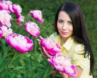 有桃红色牡丹的少妇 图库摄影