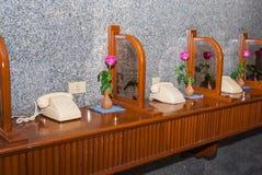 有桃红色玫瑰的电话 库存照片