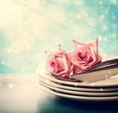 有桃红色玫瑰的菜盘 免版税库存照片