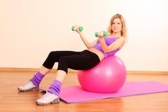 有桃红色球的健身女孩 库存图片