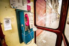 有桃红色电话的电话亭 免版税库存照片