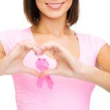 有桃红色癌症丝带的妇女 免版税库存图片