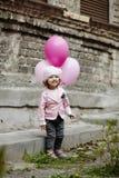 有桃红色的女孩迅速增加都市画象 库存图片
