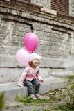 有桃红色的女孩迅速增加都市画象 免版税图库摄影