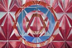 有桃红色石装饰品的墙壁与被倒置的作用 免版税库存图片