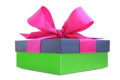 有桃红色缎丝带弓的绿色礼物盒 库存照片
