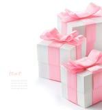 有桃红色缎丝带的礼物白色箱子 免版税库存图片