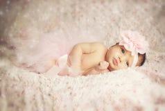 有桃红色芭蕾舞短裙的新出生的女婴 库存图片