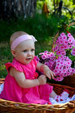 有桃红色花的七个月的婴孩 库存图片