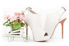有桃红色花的白色鞋子 免版税库存图片