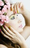 有桃红色花的秀丽年轻真正的女人和做 免版税图库摄影
