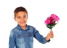 有桃红色花美丽的花束的愉快的男孩  免版税库存照片