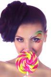 有桃红色螺旋棒棒糖的女孩 图库摄影