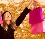 有桃红色购物袋的女孩 库存照片