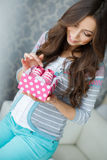 有桃红色赃物的愉快的未来母亲在手中 免版税库存照片
