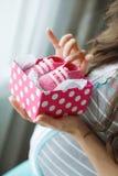 有桃红色赃物的愉快的未来母亲在手中 免版税库存图片