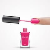 有桃红色钉子亮漆刷子和瓶的妇女手指 库存照片