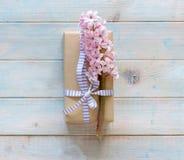 有桃红色风信花花的欢乐礼物盒 库存图片