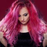 有桃红色头发的可爱的妇女在巫婆图象 背景黑暗的守护程序万圣节做男性晚上纵向称呼吸血鬼 免版税库存图片