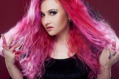 有桃红色头发的可爱的妇女在巫婆图象 背景黑暗的守护程序万圣节做男性晚上纵向称呼吸血鬼 恼怒的表面例证向量 免版税图库摄影