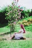 有桃红色头发的美丽的少妇 图库摄影