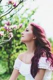 有桃红色头发的美丽的少妇 免版税库存照片