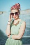 有桃红色头发的美丽的年轻行家妇女在葡萄酒衣物 免版税库存照片