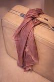 有桃红色围巾的妇女的手提箱 库存照片