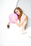 有桃红色ballooon的少妇 免版税库存照片