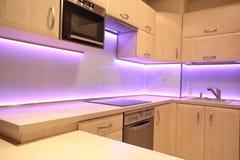 有桃红色LED照明设备的现代豪华厨房 库存图片