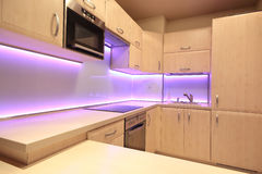 有桃红色LED照明设备的现代豪华厨房 免版税库存照片