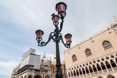 有桃红色murano玻璃的美丽的威尼斯式华丽路灯柱 威尼斯 免版税库存图片