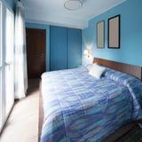 有框架的蓝色卧室在墙壁上 免版税库存照片