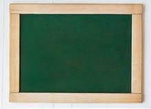 有框架的黑板黑板 绿色黑板纹理空的空白的背景和木制框架 图库摄影