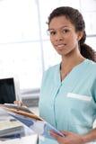 有案件页的年轻人护士 免版税库存照片