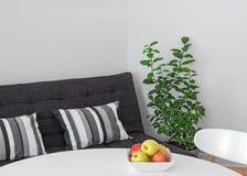 有桌、沙发和绿色树的室 库存图片