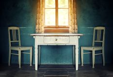 有桌和两把椅子的老葡萄酒室 免版税库存照片