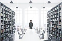 有桌和人的图书馆 免版税库存图片
