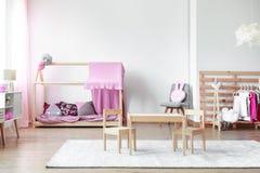 有桌和椅子的卧室 免版税库存照片