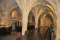 有桌和椅子的哥特式大厅在哥特式天花板下 库存图片
