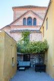 有桌和椅子的西班牙温暖的庭院 库存图片