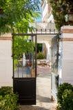 有桌和椅子的西班牙温暖的庭院 免版税库存图片