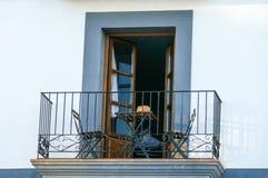 有桌和椅子的西班牙阳台 库存图片