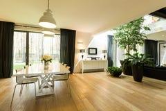 有桌和植物的宽敞的房间 库存照片