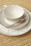 有桌布和匙子细节的减速火箭的茶或咖啡杯 免版税库存图片