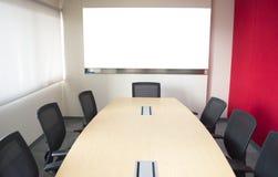 有桌椅子和whiteboard的会议室 图库摄影