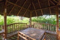 有桌的大木庭院休息的房子和长凳在眺望台建设中和电源插座里面 库存照片