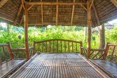 有桌的大木庭院休息的房子和长凳在眺望台里面建设中 库存照片