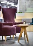 有桌的扶手椅子 免版税库存照片